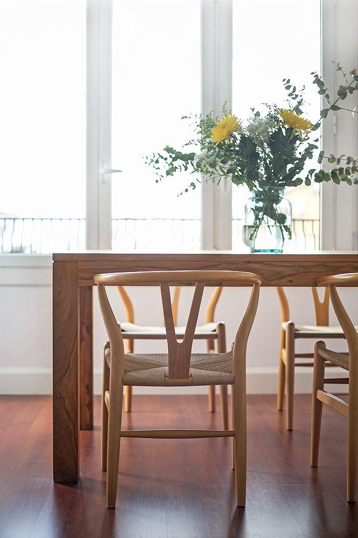 sillas madera con flores amarilla