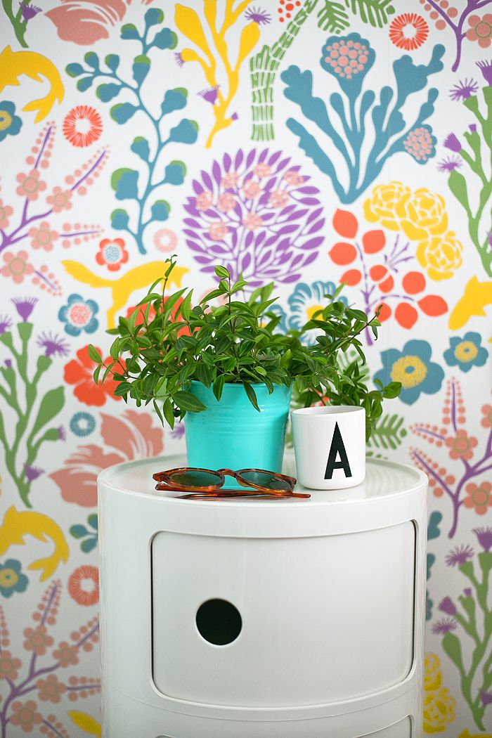 mesilla ikea con papel pared colores