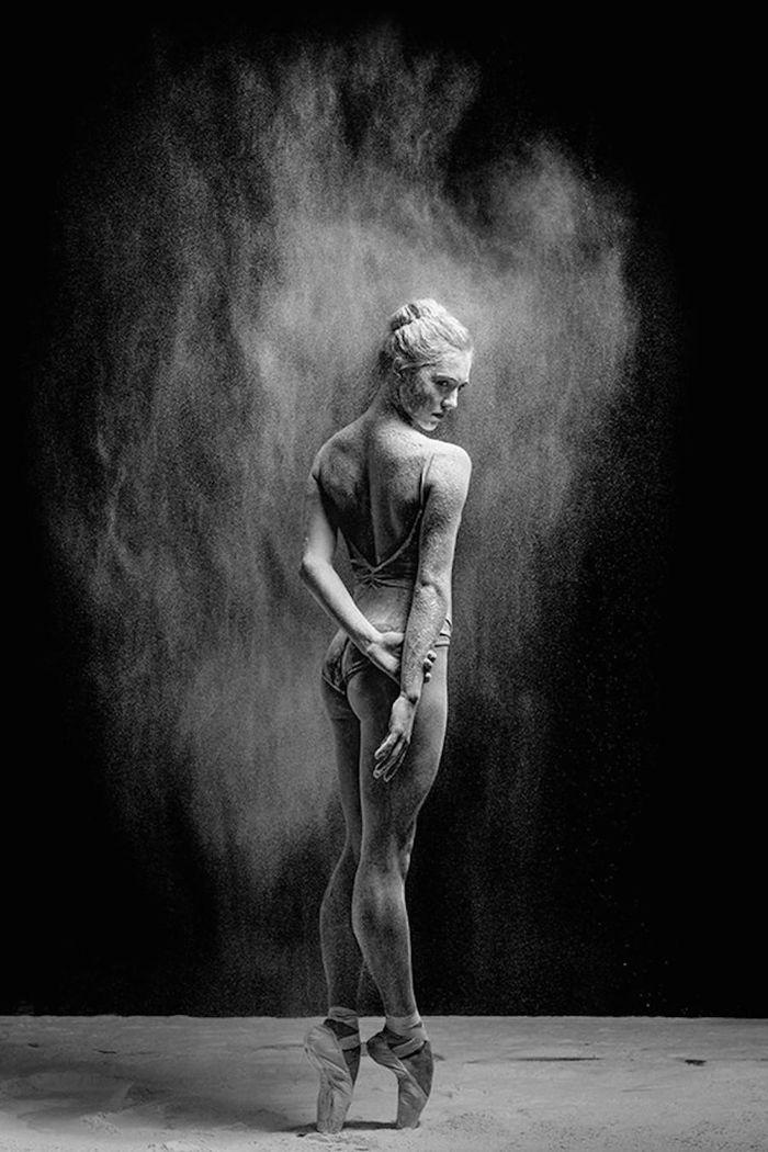 Espectaculares im genes en blanco y negro de bailarinas cubiertas de harina moove magazine - Blanco y negro ...