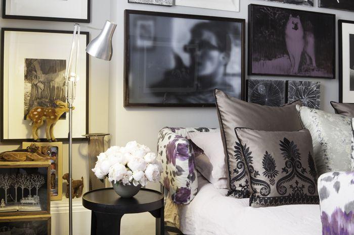 detalle dormitorio cojines pared oscura