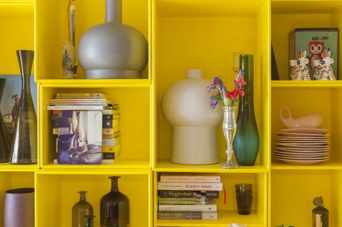 detalle estanterias amarillas