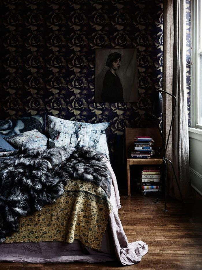 dormitorio maximalista con pieles
