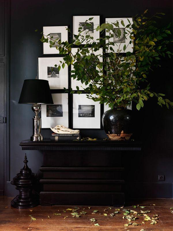 entrada mueble negro y lampara con tulipa negra