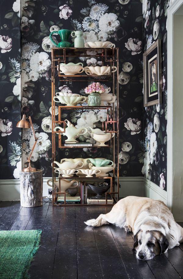 estanteria cobre con ceramica y pared con flores