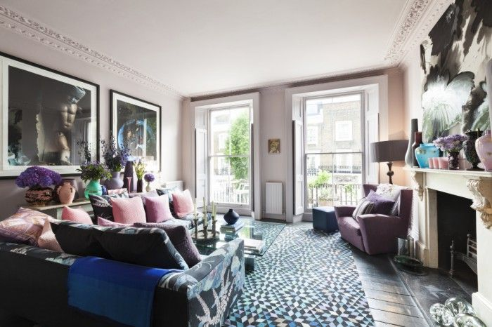 salon sofas con cojines rosas y chimenea