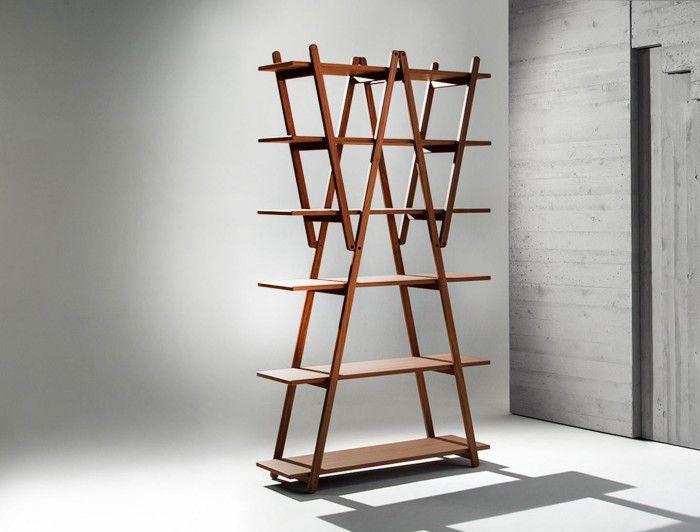 estanteria nuvola rossa madera triangulos escalera