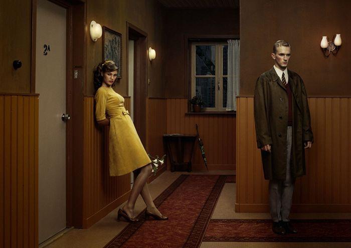 fotografia erwin olaf hope esperanza chica con vestido amarillo espera pasillo apartamento retro años 50