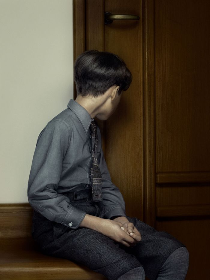 keyhole fotografia erwin olaf cerradura niño chico joven puerta de espaldas
