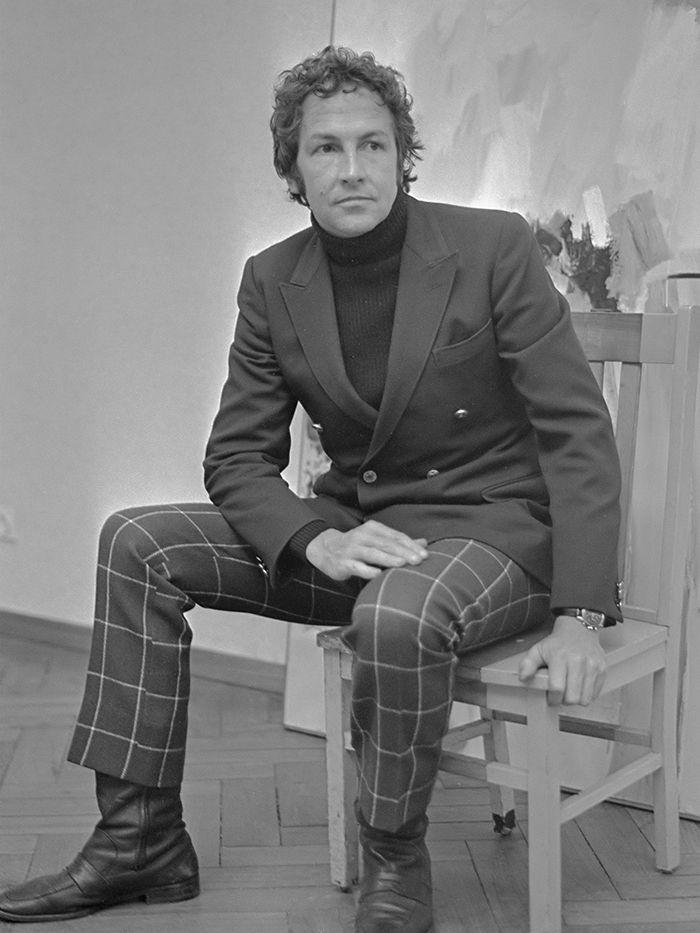 Robert Rauschenberg exposeert in Stedelijk Museum, zit hier op eigen kustwerk *21 februari 1968