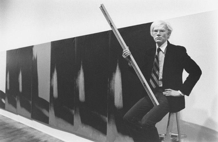 andy warhol junto a su obra exposicion shadows en el guggenheim de bilbao