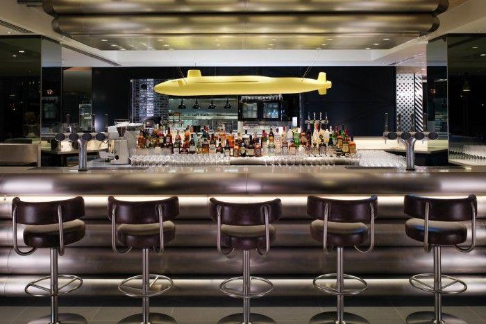barra del bar dandelyan en el hotel mondrian de londres escultura submarino