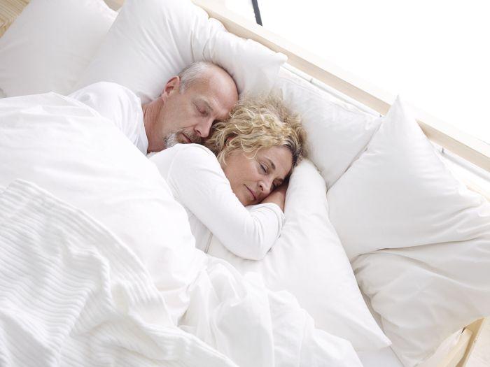 pareja feliz cama