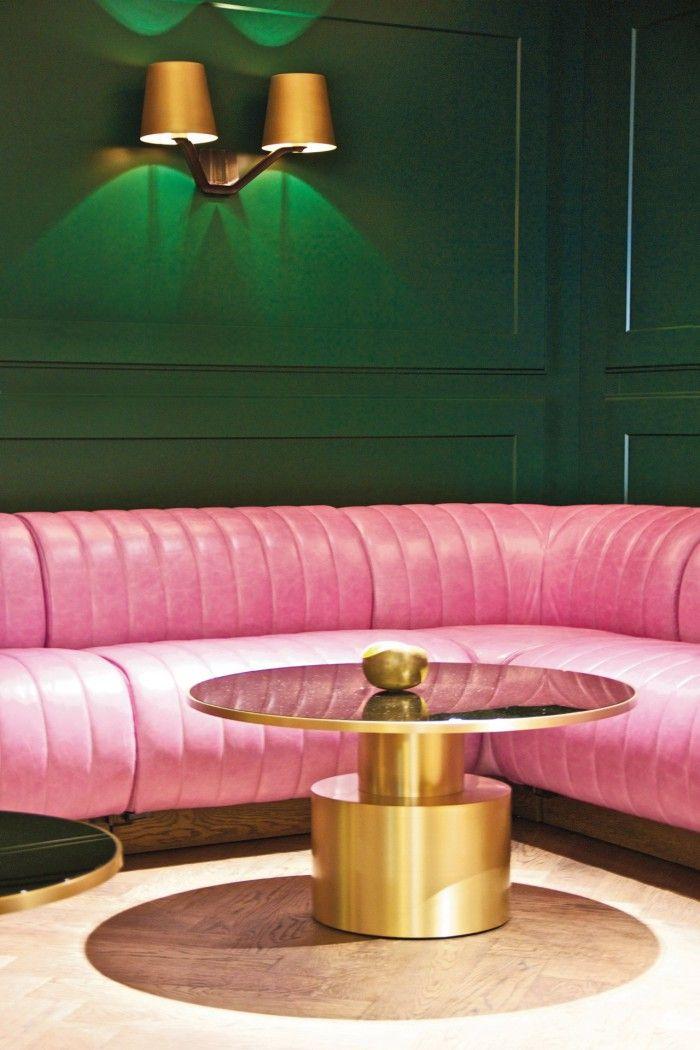 sofa rosa en el hotel mondrian de londres