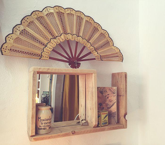 espejo y estantería de madera