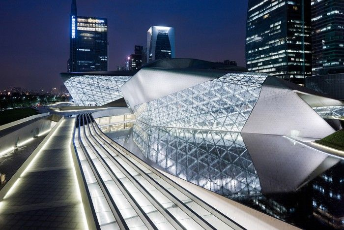exterior opera guangzhou china zaha hadid futurista edificio blanco arquitecta fallecida noche
