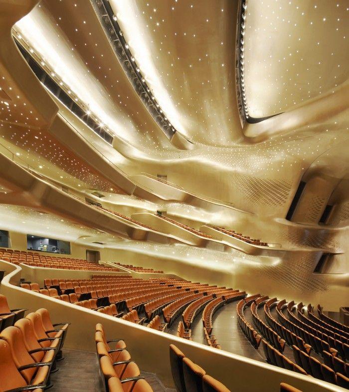 interior opera guangzhou china zaha hadid futurista edificio teatro auditorio arquitecta fallecida iluminado