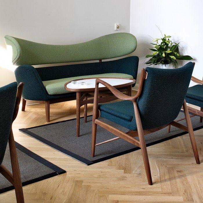 sofa baker azul oscuro verde claro madera oscura y silla 45 de finn juhl
