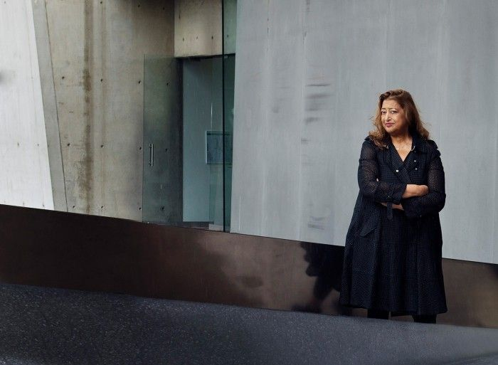 zaha hadid retrato delante de una de sus obras futuristas arquitectura iraqui britanica futurista fallecida pritzker