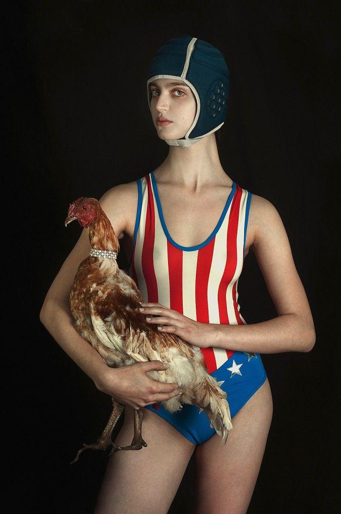 fotografia chica con pollo nadadora banador estados unidos fotografa argentina romina ressia foto que parece un cuadro pictorica