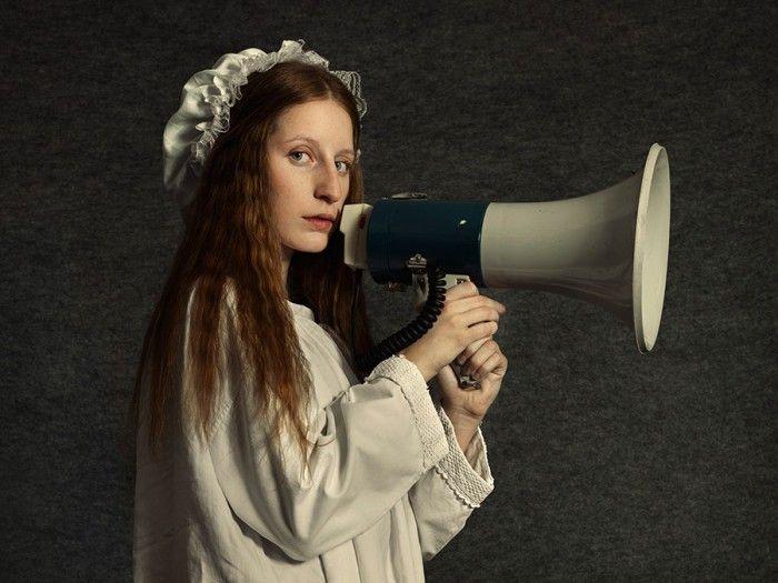 fotografia chica renacentista con megafono unidos fotografa argentina romina ressia foto que parece un cuadro pictorica