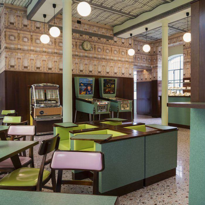 Bar Luce en la Fundacion Prada de Milan decorado por wes anderson director de cine colores pastel retro