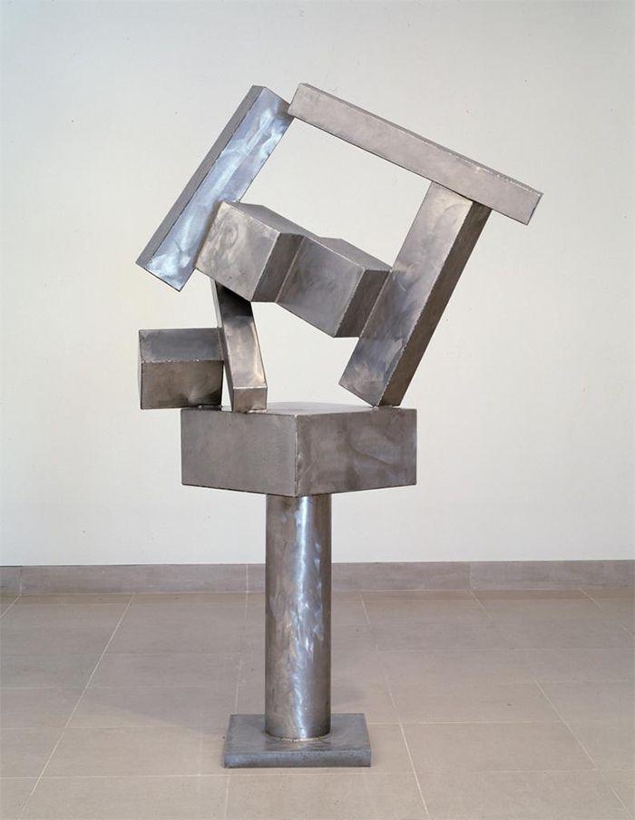 escultura expresionismo abstracto plateada cubo