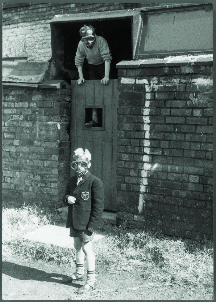 fotografia photoespana 2016 manchester 1962 nino pequeno mascara antigas blanco y negro