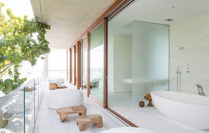 lavabos de la casa bahia alejandro landes director porfirio arquitecto miami florida ventanales vistas espectaculares oceano mar mansion