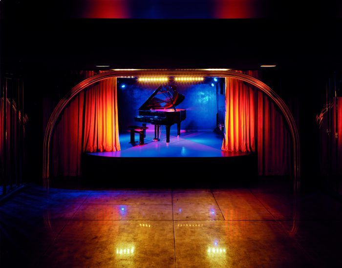 silencio decorado por david lynch club bar pub paris escenario director de cine