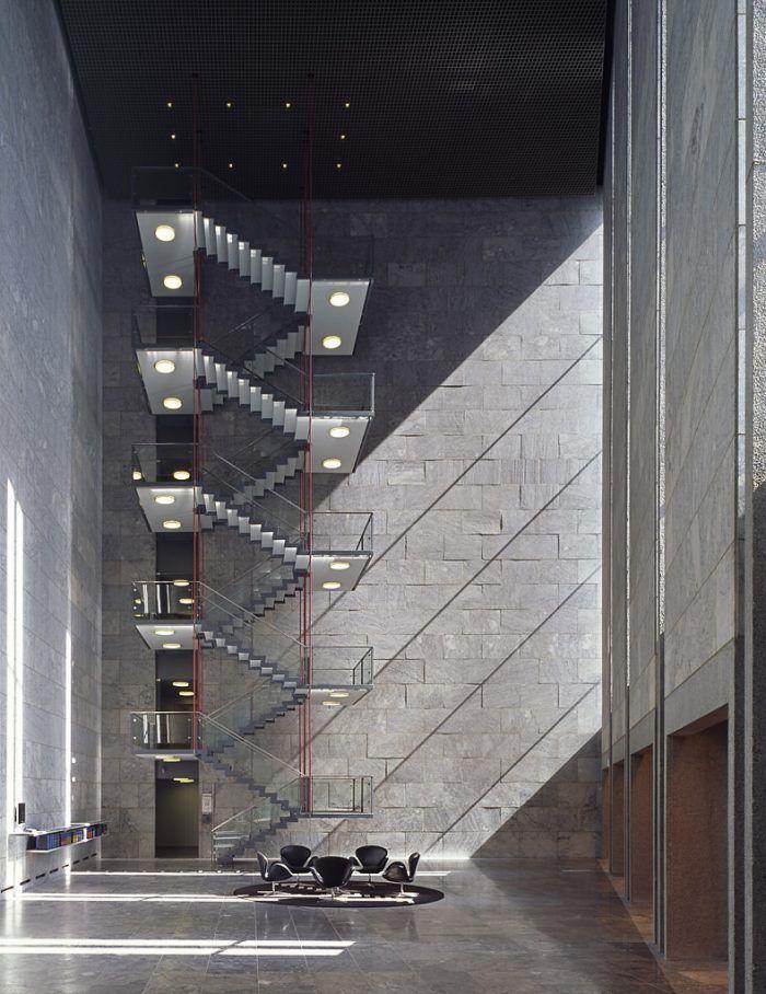 interior del banco nacional de dinamarca en copenhage diseno arquitecto arne jacobsen danes escandinavo minimalista piedra