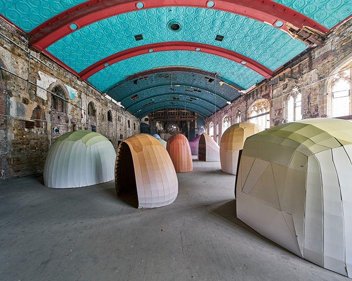 Liam Hopkins llena un edificio abandonado con casi 8.000 m² de cartón