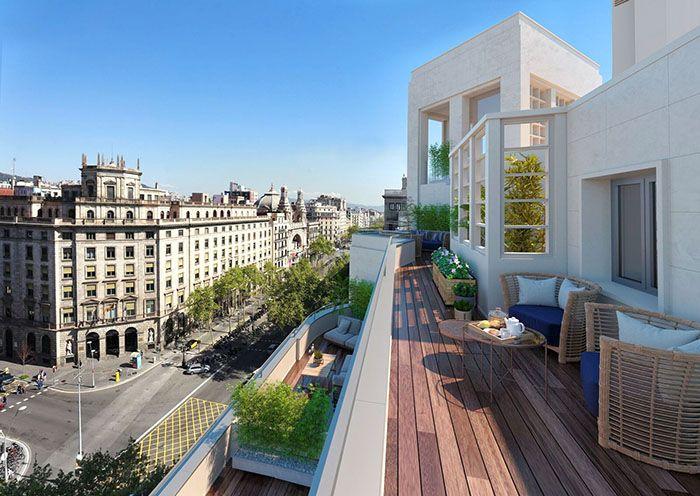 terraza alargada con tarima de madera en Gran Vía de Barcelona