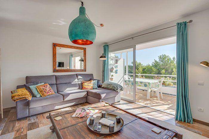 salon con ventanal de techo a suelo en urbanizacion lujo de ibiza