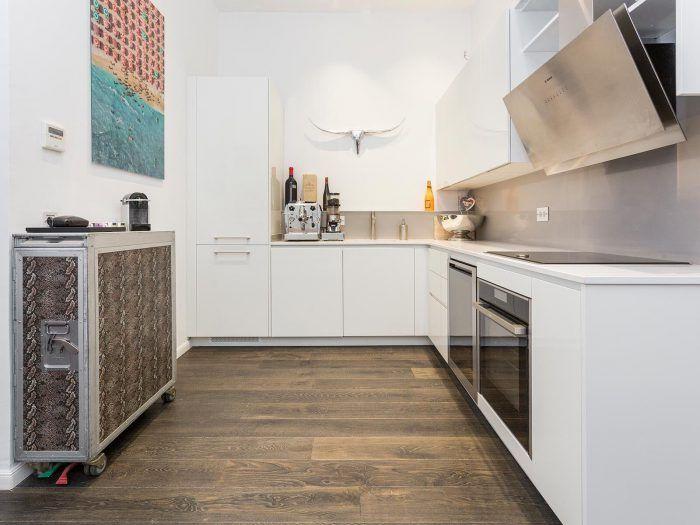 cocina moderna eclectica de piso de lujo en ciudad condal