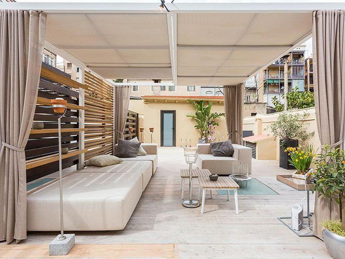 terraza grande de madera en atico exclusivo de barcelona