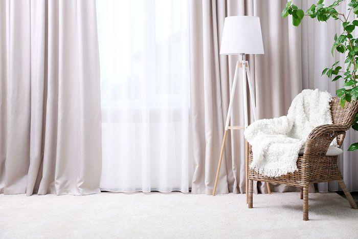 cortinas rosas lampara nordica butaca con manta