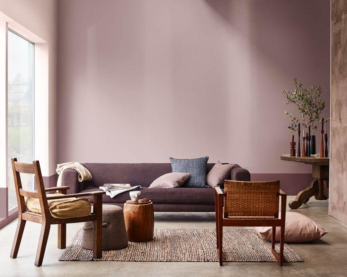 sala, sofá morado, sillas marrones, cojines, planta