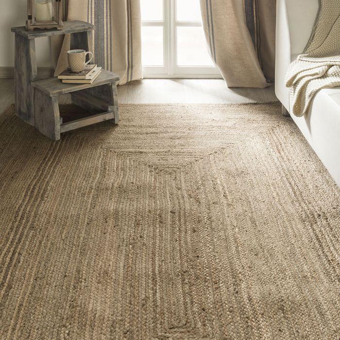 tonos tierra beige escalera taza libros sofá alfombra grande yute ventana con cortina hasta suelo