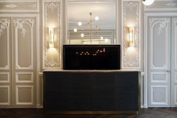 salon apartamento iluminación espejo paredes con molduras apliques y lámparas