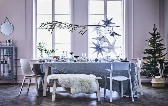 mesa navidad IKEA en tonos blancos y purpuras
