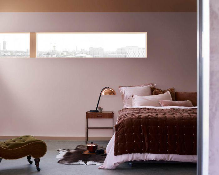 habitacion, cama, edredon, palo de rosa,lampara, ventana