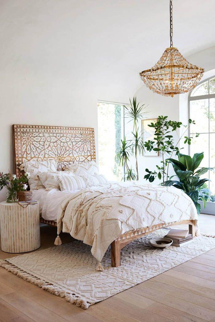 cama boho con colores neutros y texturas variadas
