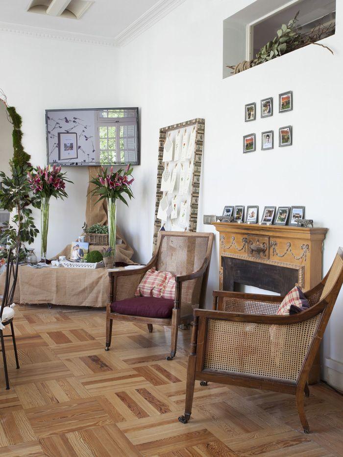 salon señorial con muebles antiguos