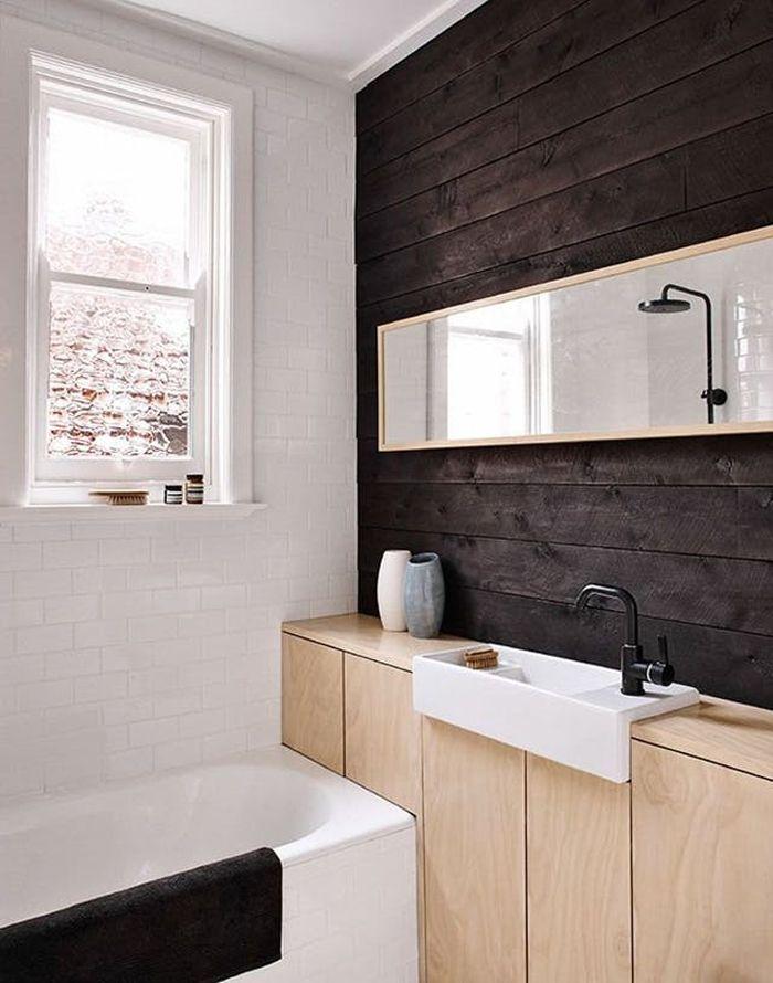 mueble madera clara baño pequeño con lavabo empotrado