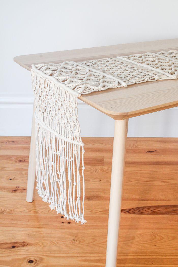 mesa con tapete tejido crochet
