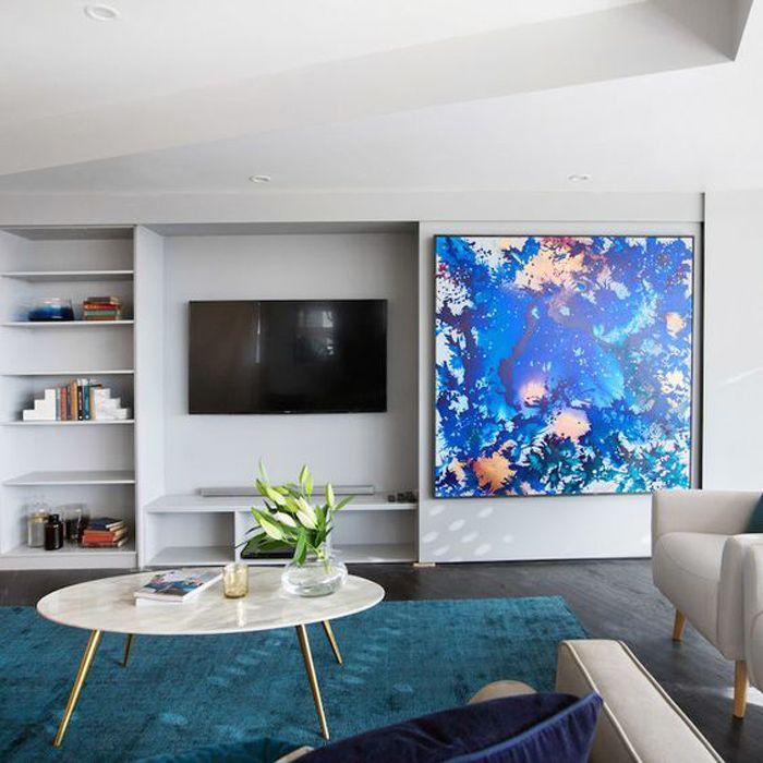 television escondida detrás de obra de arte