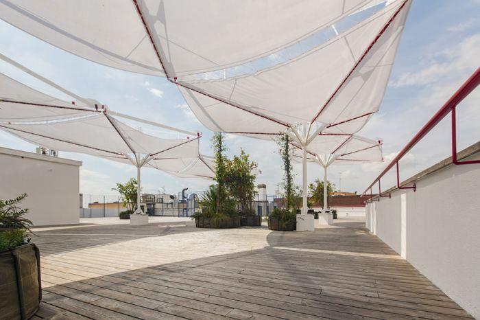 terraza con tarima madera velarias laboratorio innovacion IED