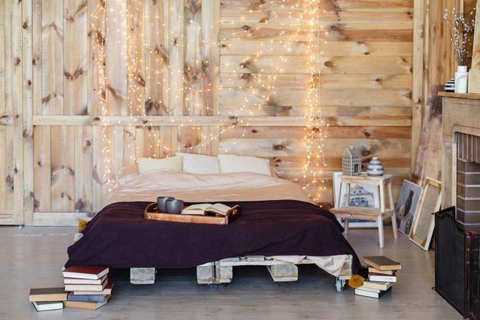 cama con luces y mesilla con te