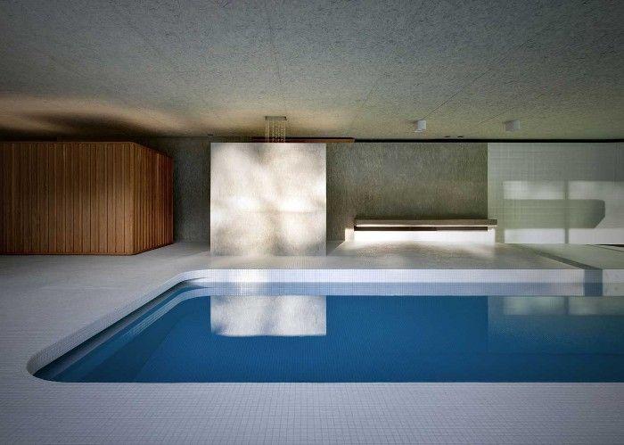 Piscina interior minimalista