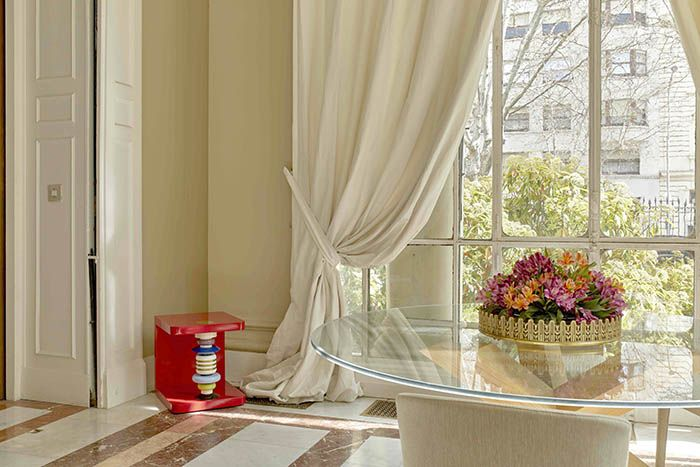 diseño embajada italiana mueble rojo